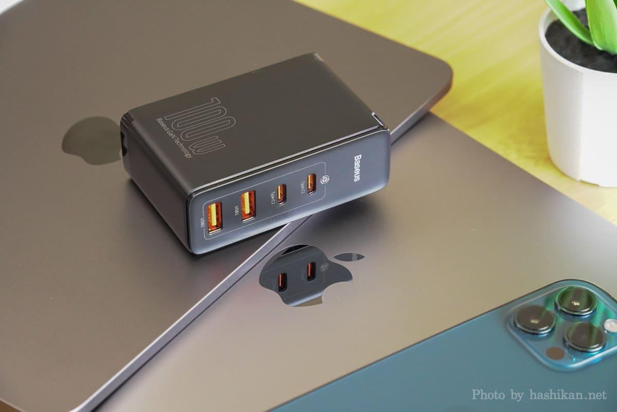 Baseus GaN2 Pro Quick ChargerをApple デバイスの上に載せている状態の画像