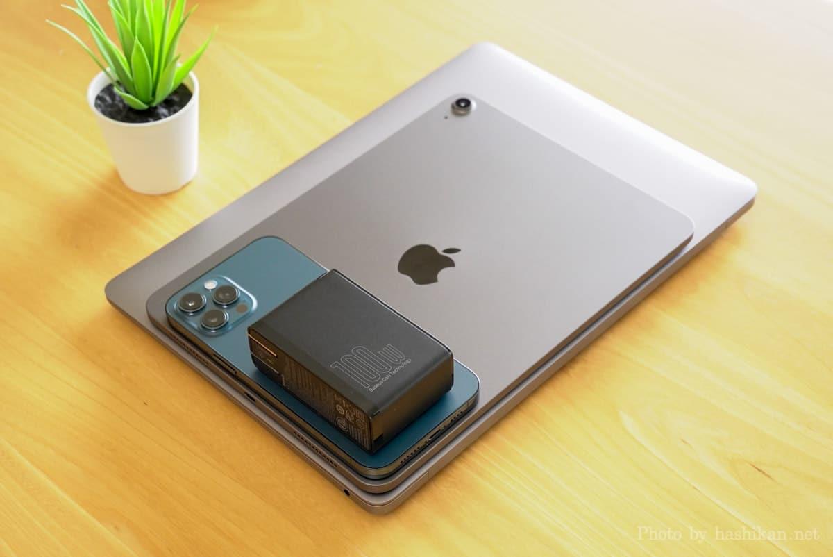 Baseus GaN2 Pro Quick ChargerをMacBook AirとiPad Air 4とiPhone12 Pro Maxの上に載せている状態の画像
