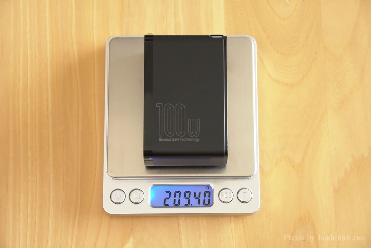 Baseus GaN2 Pro Quick Chargerの重さを計測している画像