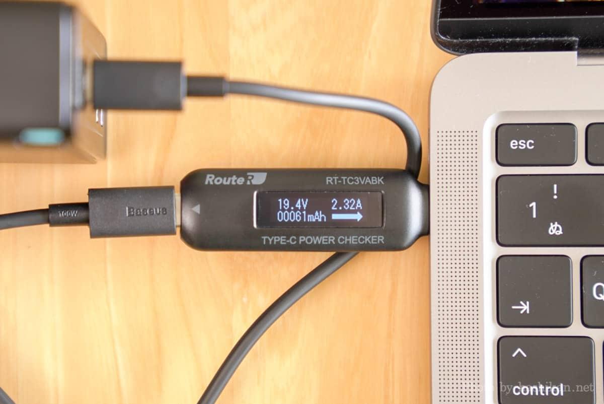 Baseus GaN2 Pro Quick ChargerでM1 MacBook Airに充電したときの出力を計測している画像