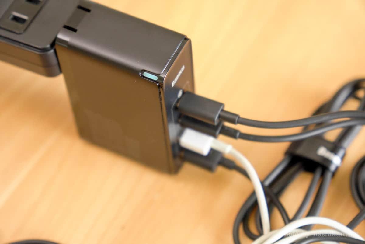 Baseus GaN2 Pro Quick ChargerのLEDが光っている状態の画像