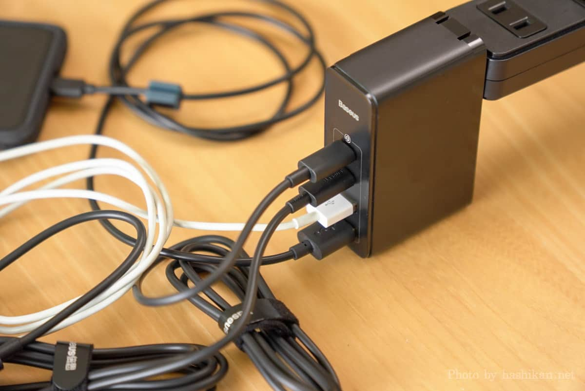 Baseus GaN2 Pro Quick Chargerを使って4つ同時に充電している様子の画像
