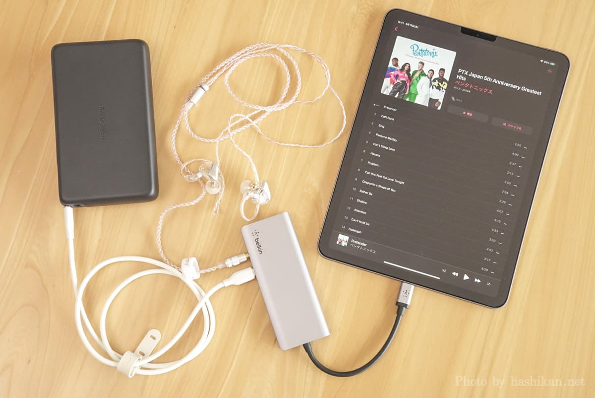 Belkin USB-C 7-in-1マルチポートハブアダプターをiPad Airに接続してモバイルバッテリーでパススルー充電しつつ有線イヤホンでApple Musicを聴いている様子