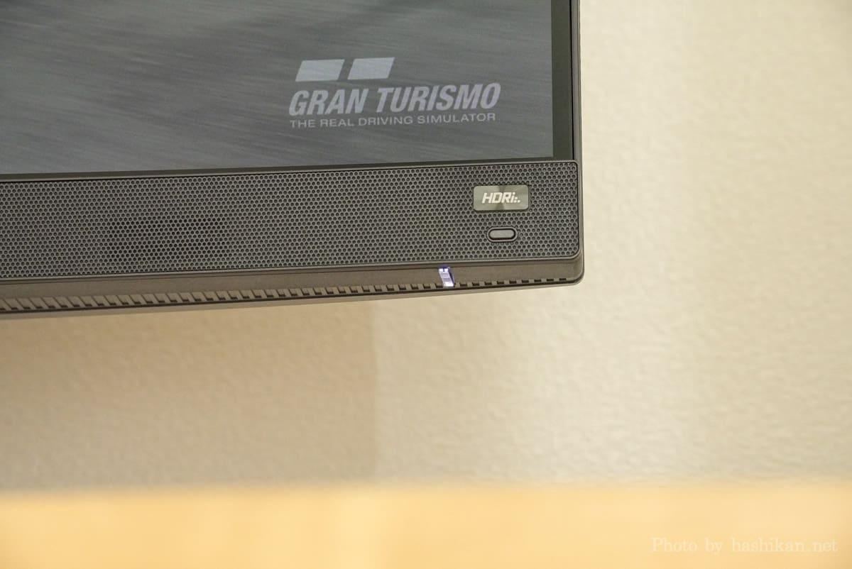 BenQ MOBIUZ EX2710Q の前面の左右に搭載されている2Wスピーカー搭載部分の拡大画像