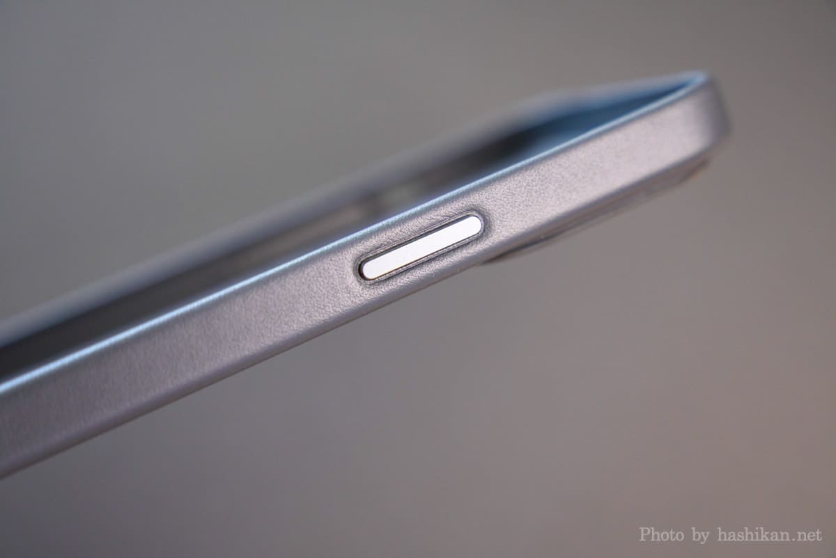 iPhone 13 Pro のApple純正レザーケースのスリープボタン部分の拡大画像