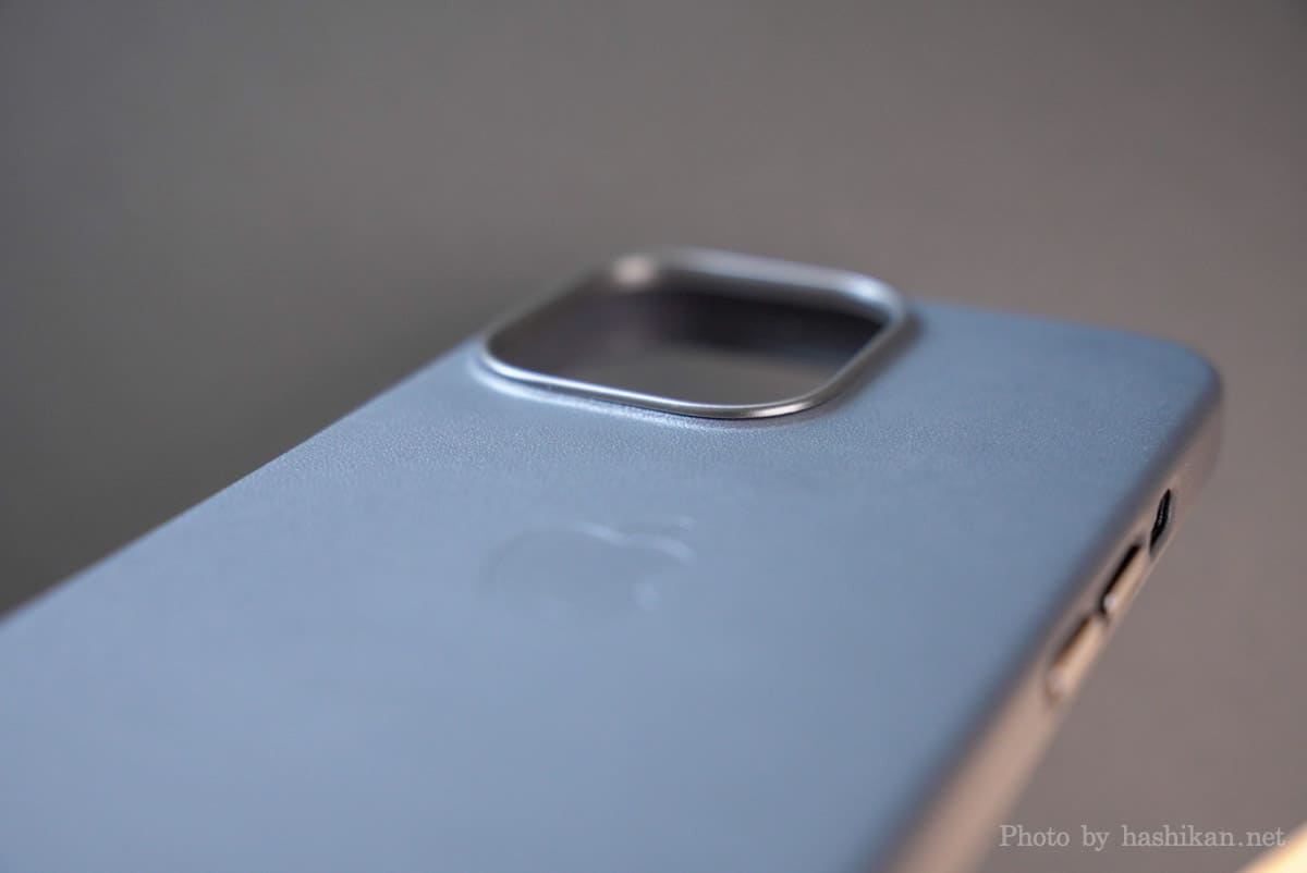 iPhone 13 Pro のApple純正レザーケースのカメラ部分を横から見た状態の拡大画像