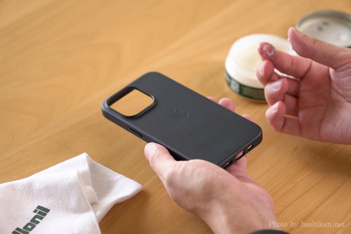 iPhone 13 Pro にコロニルの栄養クリームを塗ろうとしてクリームを手に馴染ませている様子の画像