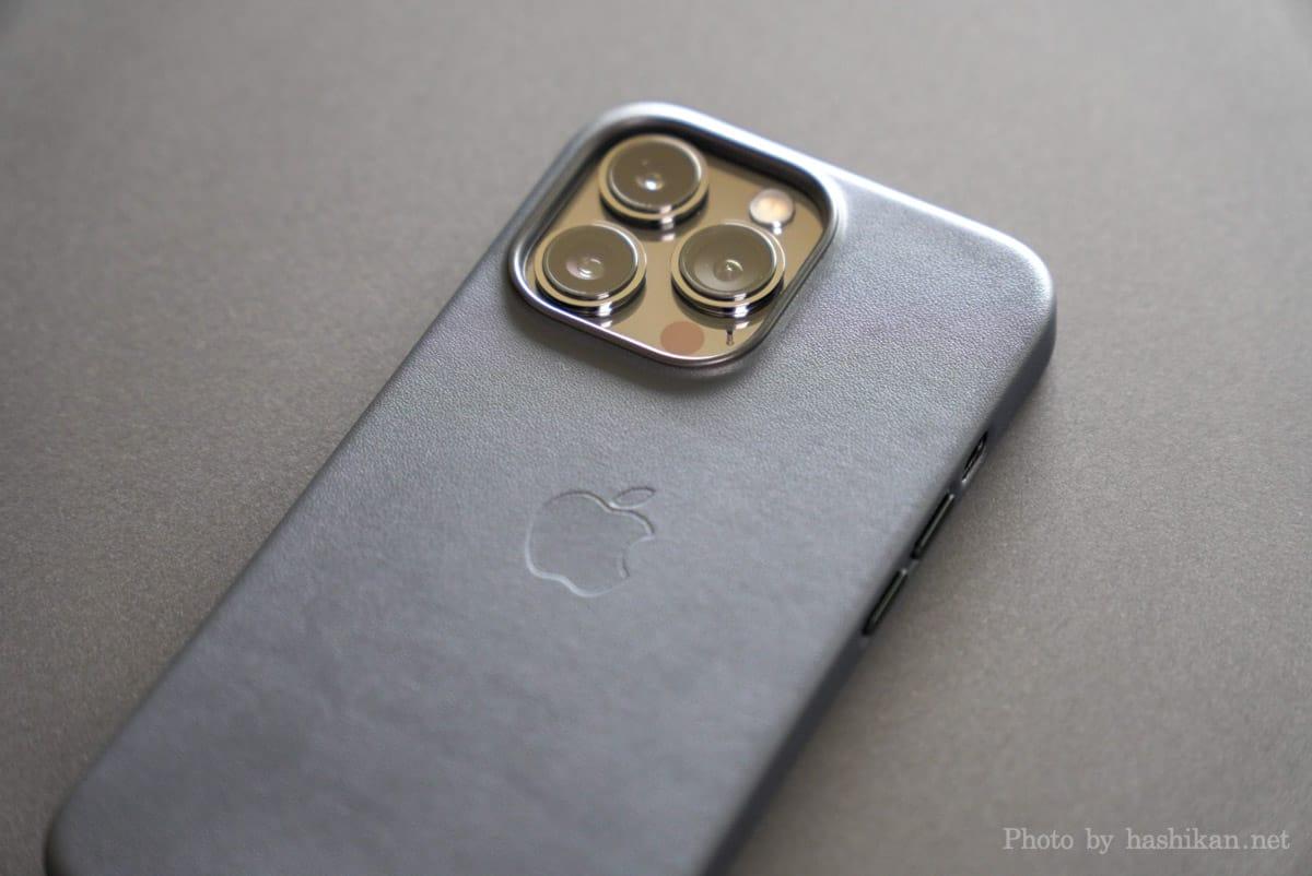iPhone 13 Pro にApple純正レザーケースを付けている状態を背面から撮影した画像
