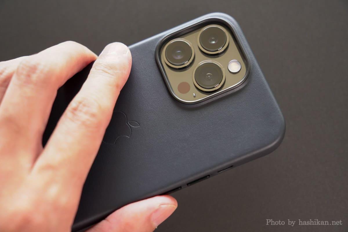 Apple純正レザーケースを付けたiPhone 13 Pro を手に持っている状態