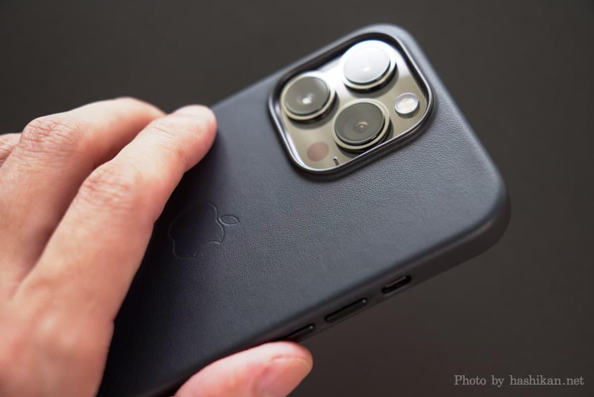 iPhone 13 Pro にApple純正レザーケースを装着して手に持っている状態の画像