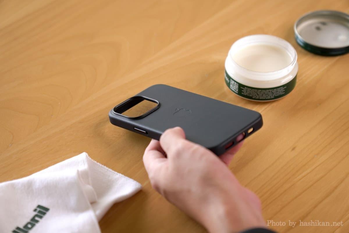 iPhone 13 Pro とコロニルの栄養クリームとクロスの画像