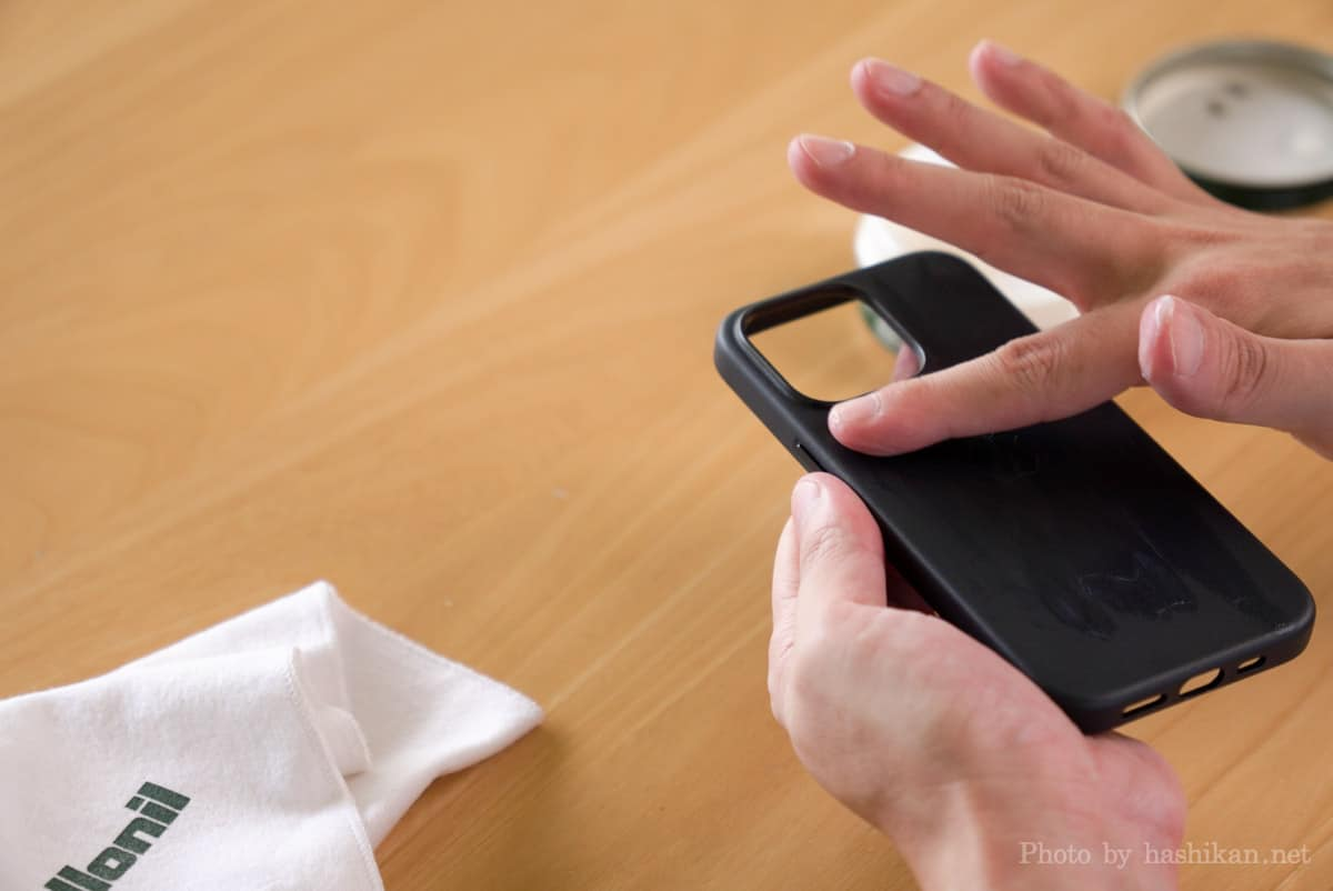 iPhone 13 Pro にコロニルの栄養クリームを塗り込む作業をしている状態の画像