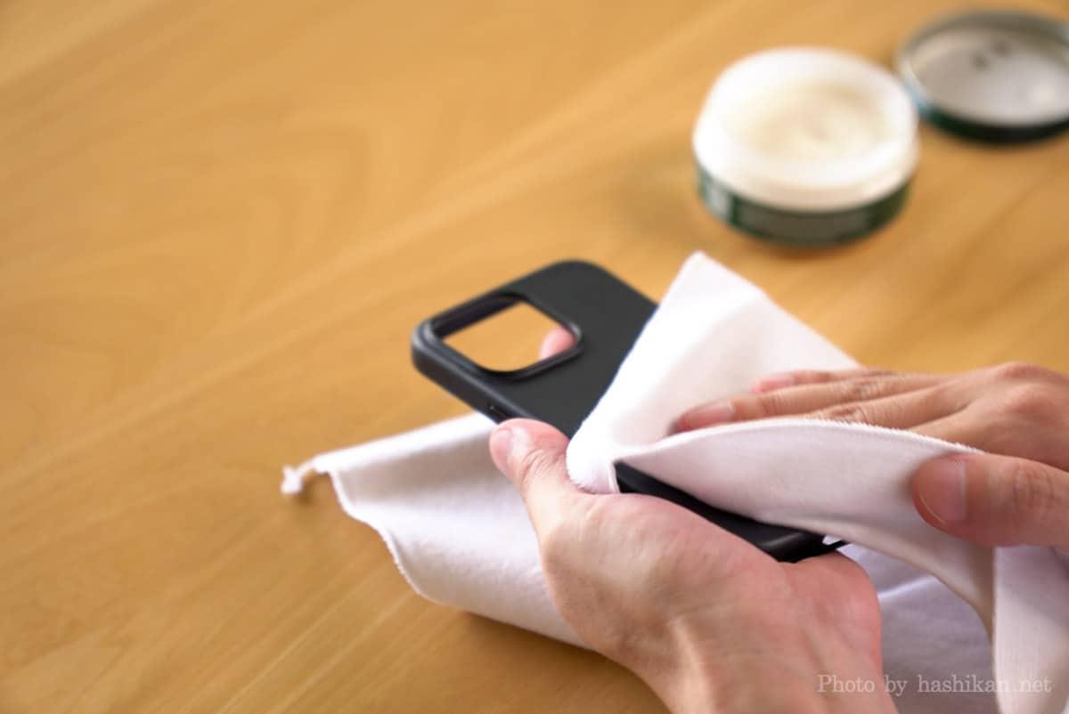 iPhone 13 Pro にコロニルの栄養クリームを塗り込んだあとクロスで拭き上げているときの画像
