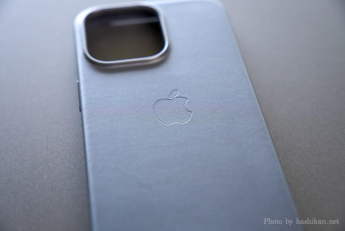 iPhone 13 Pro のApple純正レザーケースのAppleロゴ部分の拡大画像