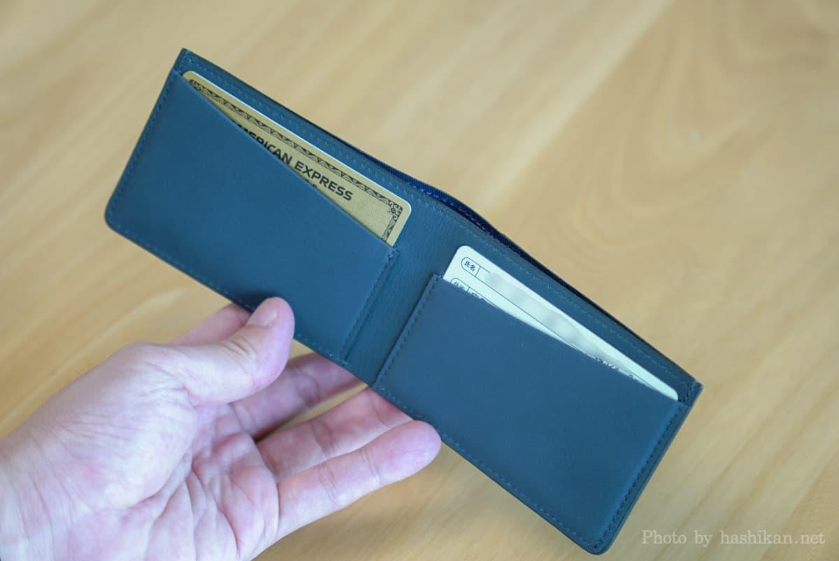 TAVARAT Receca の内側にカードを2枚収納した状態