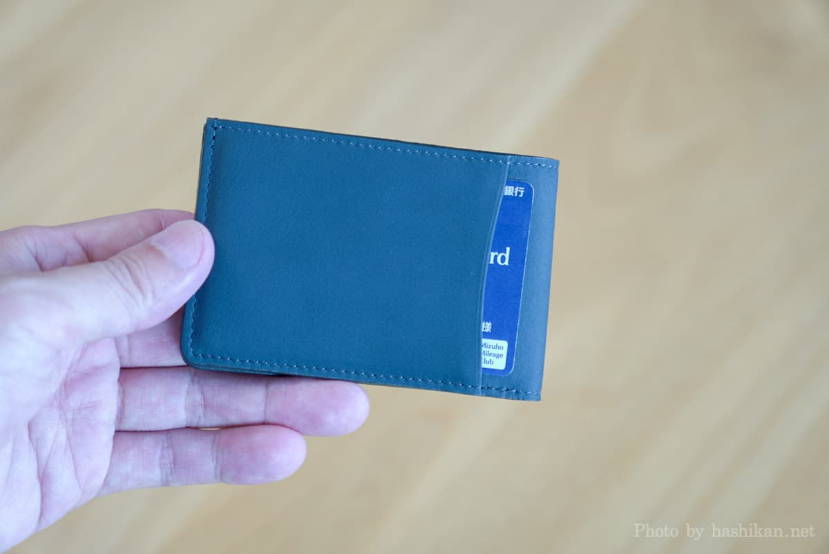 TAVARAT Receca の外側にカードを1枚収納した状態の画像