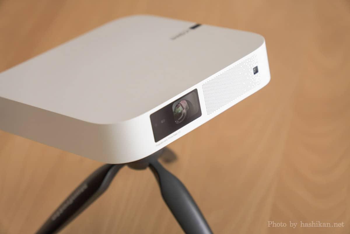 XGIMI Elfin をミニ三脚に取り付けて設置しているところを斜め上から撮影した画像