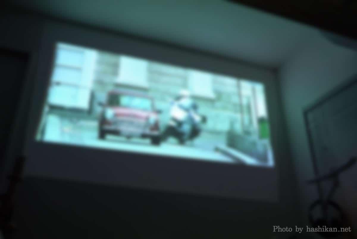 XGIMI Elfinで映画を視聴している様子の画像