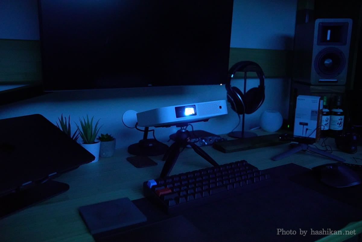XGIMI Elfinをデスクに設置して映像を投影している様子の画像